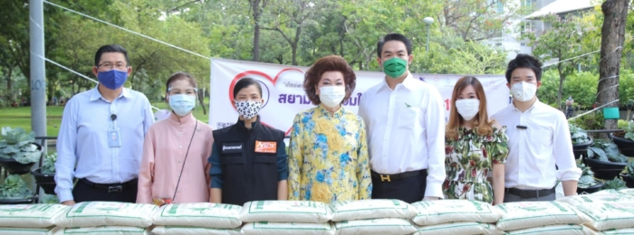 SIAMGAS hand out 1,000 bags of 5 kilogram rice to the public.